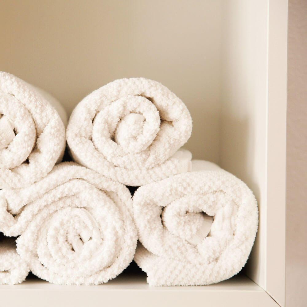 מגבות אמבטיה לאחר מקלחת בדוד שמש