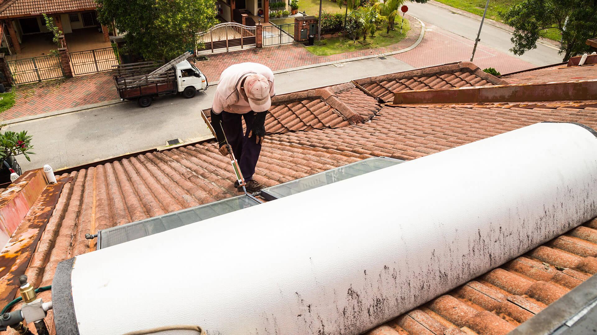 תיקון והחלפת קולטים לדודי שמש על גג רעפים