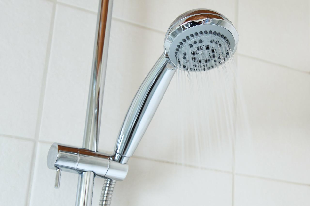 דוש מקלחת עם מים קרים שנגמרו מהר מידי